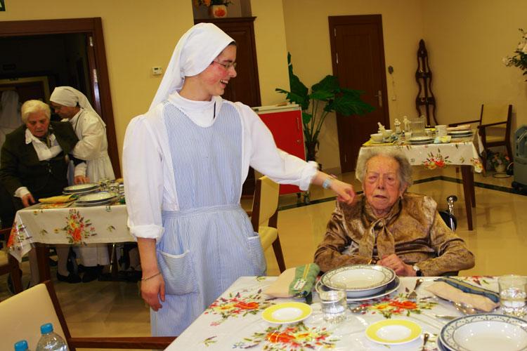 Hermana reparadora saluda a una anciana