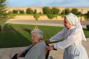 Hermana dando un paseo a una anciana