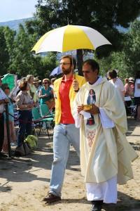 P. Guillermo llevando la comunión