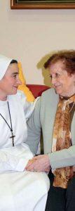 La Hna. Beatriz con una anciana de la residencia