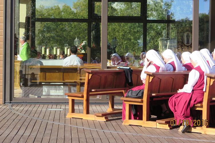 Hermanas reparadoras rezando