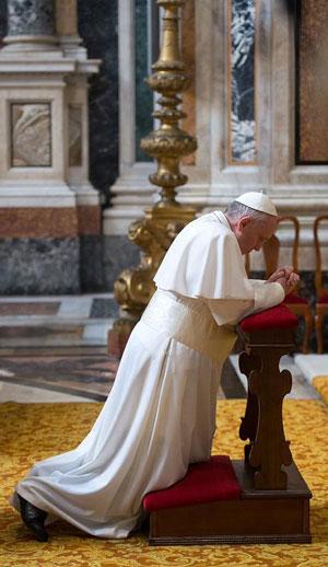 Papa Francisco rezando